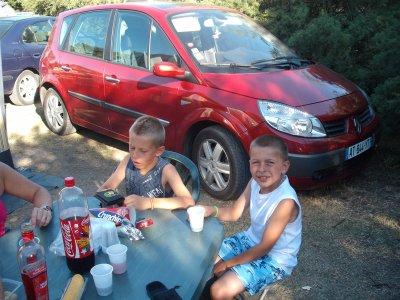 bien installe pour jouet au camping avec soleil