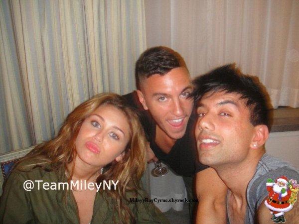 MileyyRayCyrus.skyrock.com●Je vous propose une photo de Miley avec des fans et d'autre avec des amis. Elle est vraiment belle !MileyyRayCyrus.skyrock.comMileyyRayCyrus.skyrock.com●Nouvelle Co-web miss : Rachel ! On lui dit quoi ? Bienvenue ! MileyyRayCyrus.skyrock.com