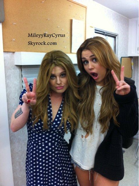 """MileyyRayCyrus.skyrock.com●23/12/10 après midi : C'est toujours sur le tournage de son prochain film """"So Undercover"""" que nous retrouvons Miley. ●Puis deux photos de Miley viennent de paraitre dont une avec une fan et l'autre sur le tournage de """"So Undercover"""".MileyyRayCyrus.skyrock.com"""