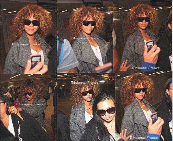 """16/09/11 Rihanna a     été prise   en photo a l'aéroport Sao Paolo , elle est donc au Brésil.+ Rih' a affirmé que son prochain album sort en automne , sera-t-il mieux que """"LOUD"""" ?"""