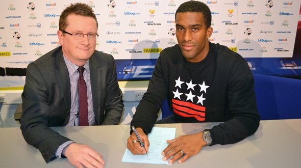 Distin (Everton) prolonge