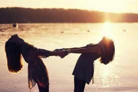 Les amies peuvent transformés les mauvais moments en bon souvenirs et les bons moments en souvenirs inoubliables
