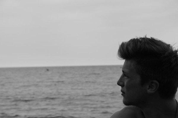 Mes rêves s'accrochent à tes phalanges; je t'aime trop fort, ça te dérange.