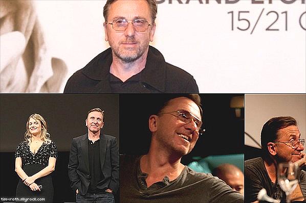 """• Le 29 octobre 2013  . Tim Roth (Reservoir Dogs, Pulp Fiction) était présent, le 18 octobre, au Festival Lumière de Lyon, aux côtés de Mélanie Laurent (Inglorious Basterds), et Uma Thurman (Pulp Fiction), pour Quentin Tarantino qui a reçu le prix Lumière 2013. le mythe du 7ème Art a confié avoir """"quatre idées"""" de films qui pour ces prochaines dix années.  .  Avez-vous hâte de découvrir les prochaines oeuvres signées Tarantino ?"""