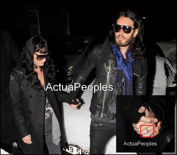 Katy Perry fiancée ?! Le couple Nouvellement engagé Katy Perry et Russell Brand arrive en arrière à Londres à sa maison de Hampstead dans la nuit de samedi à dimanche (le 9 janvier). A sa main gauche , on peux apercevoir une bague de ... fiançaille ??! En effet , selon une source , Katy 25 ans et Russell, 34 ans, s'est fiancée à la Saint-Sylvestre en Inde, où il lui a proposé dans une tente au pied d'une montagne. Souhaitons leurs nos félicitations et pleins de bonheurs ensembles ^^///: ///// ///// ///// ////////: [Ajoutes-moi à tes préférés] S'inscrire à ma newsletterN'oubliez pas de confirmer votre inscription grace au lien que l'on vous envoie dans votre boite mail, ou vous ne serez pas prévenus !