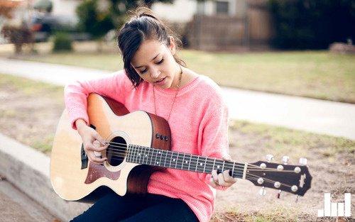 moi en train de jouer de la guitare