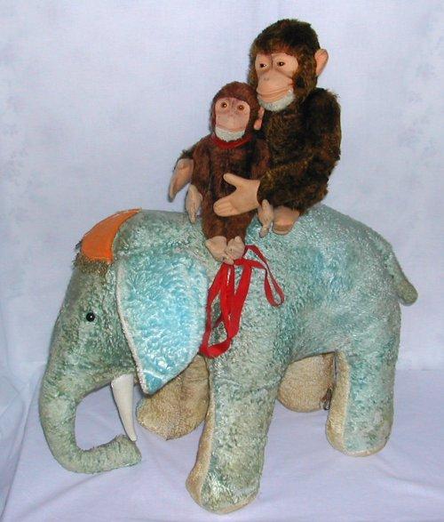 Deux singes sur un éléphant bleu