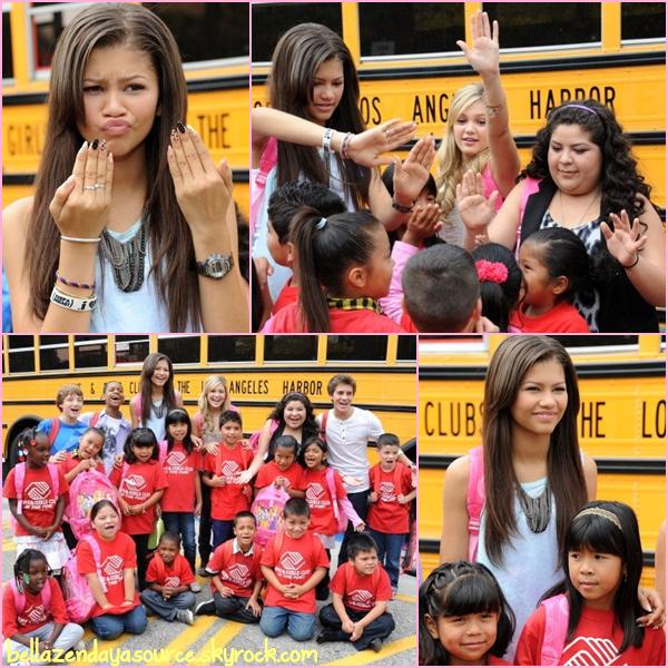 """Zendaya été présente à Radio Disney's """" Back to school Drive """" avec des amis de Disney."""