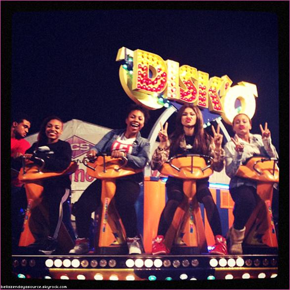 Zendaya à réalisé un photoshoot pour Simon Baker ce 1 novembre chez elle à Los Angeles.