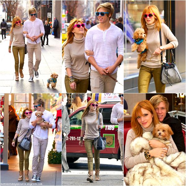Bella et son petit ami Tristan se promenant dans les rues de Chicago avec Kingston, le 18 novembre 2012.