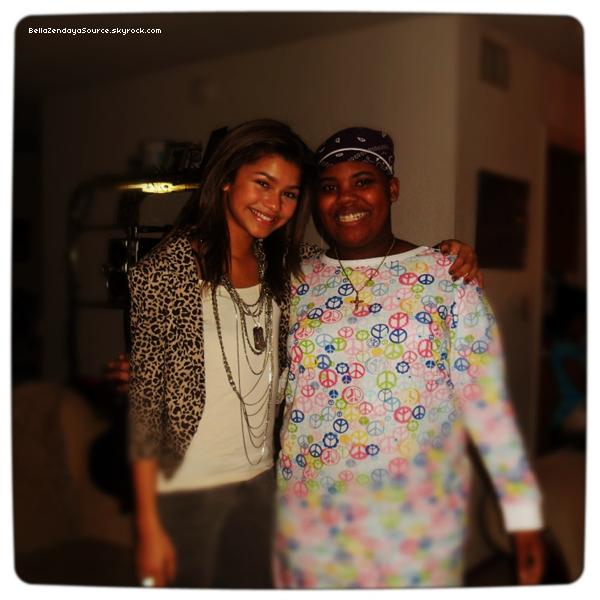 Bella, sa famille et Olivia étaient au L.A Mission qui donne de la nourriture au sans abris le 24 décembre 2012.