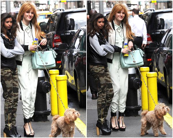Bella et son amie sortant de leur hotel le 1 avril 2013.