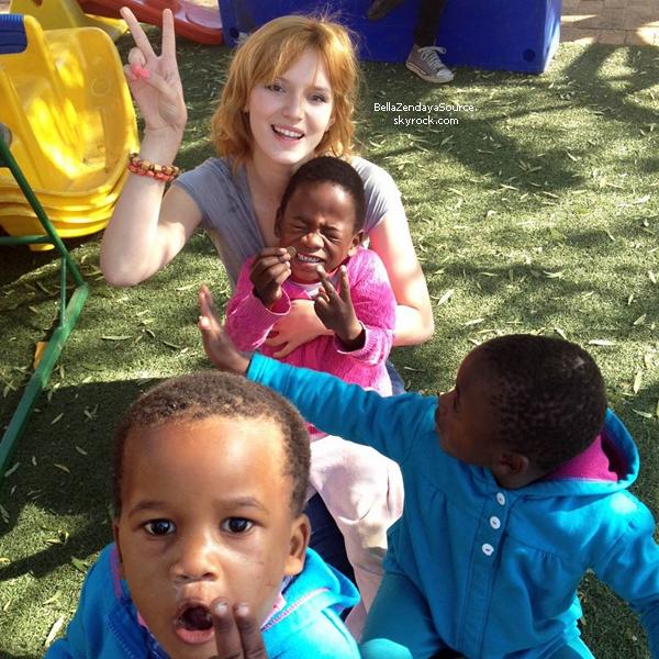 Bella et ses proches en vilsite dans un village en Afrique du Sud le 24 juin 2013.