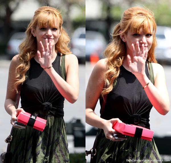 Bella quittant un café et se rendant à un rendez vous d'affaire le 22 aout 2013.