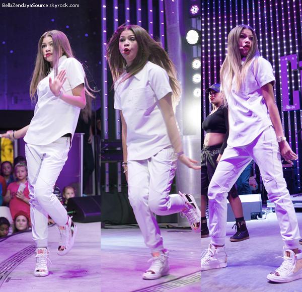 Bella, Caroline, Adam, et la famille de Zenday à la soirée de l'album de Zendaya le 18 septembre 2013.