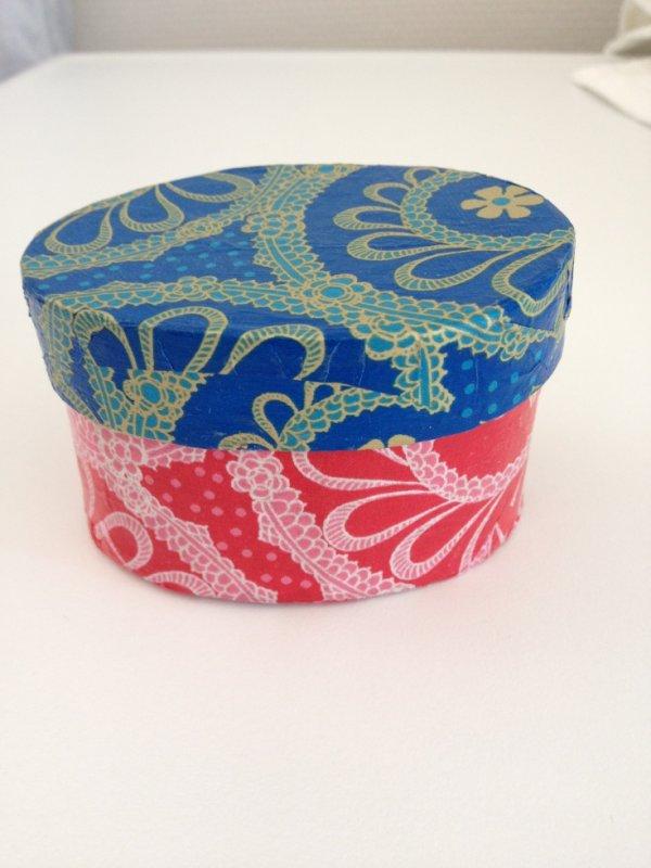Boîte ovale faite avec du papier Décopatch