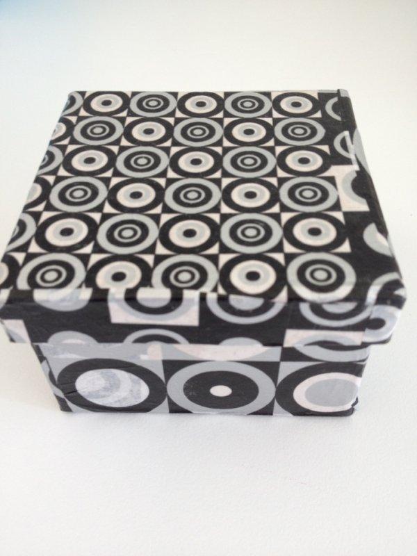 Boîte carrée faite avec du papier Décopatch