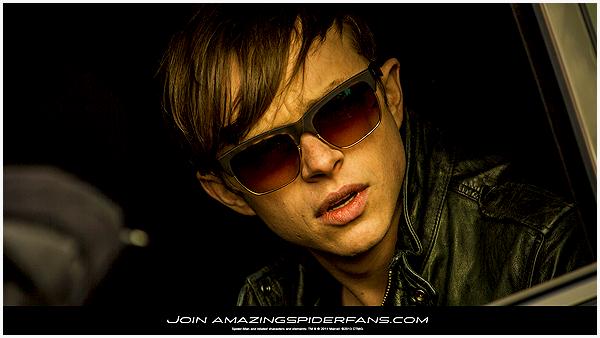 - Un wallpaper de Dane dans la peau de Harry Osborn. Je ne sais pas vous, mais je le trouve assez beau gosse avec ses lunettes (même sans d'ailleurs). -