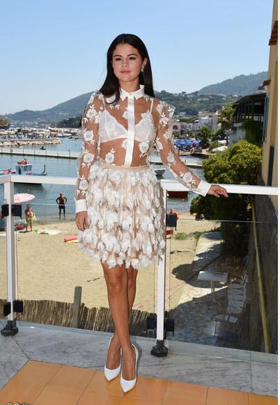 Look de Selena Gomez : Sexy avec un chemisier transparent pour le Ischia Global Film & Music Festival en Itali