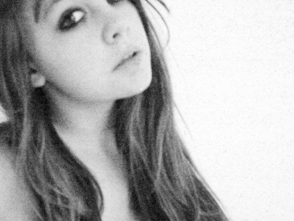 Je sens le rêve s'évanouir en moi ,il semble que les jours se ressemblent , il semble que tout est gris , je sens le rêve s'évanouir en moi et il n'y a personne pour me punir.