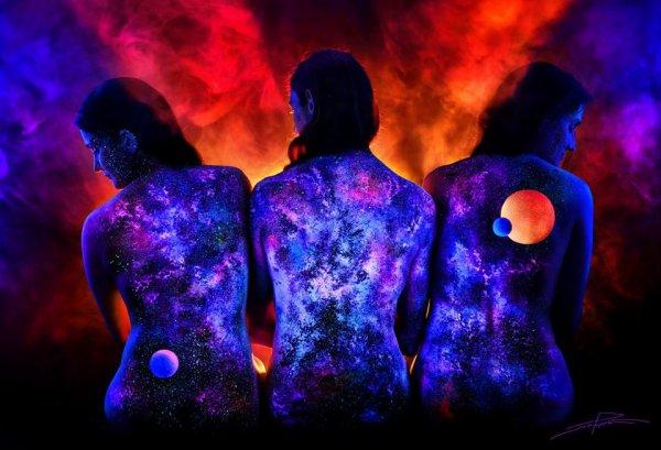 John Poppleton est un artiste impressionnant qui utilise la lumière noire et les ultraviolets qu'elle émet pour faire du corps humain une véritable oeuvre d'art ! On vous laisse juger par vous-même grâce à cette série de 5 photos !