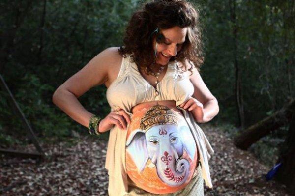transforme le ventre des femmes enceintes en véritables oeuvres d'art