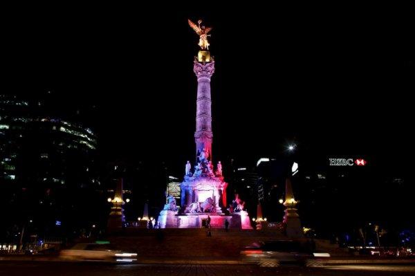 La colonne de l'indépendance, surnommée «ange de l'indépendance», en bleu-blanc-rouge, à Mexico, au Mexique, le 14 novembre 2015