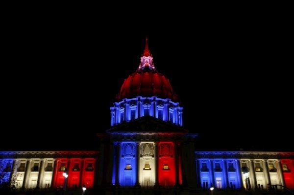 La mairie de San Francisco se pare elle aussi des couleurs françaises après les attentats du 13 novembre