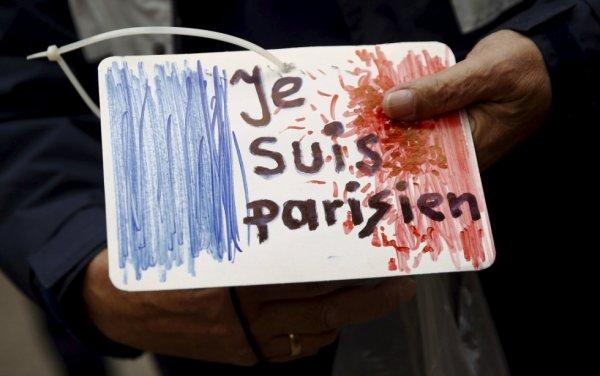 En écho au cri de ralliement «Je suis Charlie» de janvier dernier, un homme a voulu signaler son soutien aux victimes des attentats du 13 novembre par les mots «Je suis parisien» devant l'ambassade de France de Varsovie, en Pologne, le 14 novembre 2015
