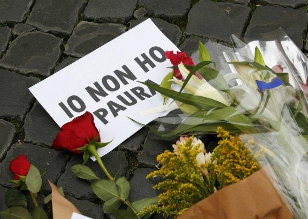 Pancarte où il est écrit «Je n'ai pas peur» et fleurs devant l'ambassade française à Rome, en Italie, le 14 novembre 2015