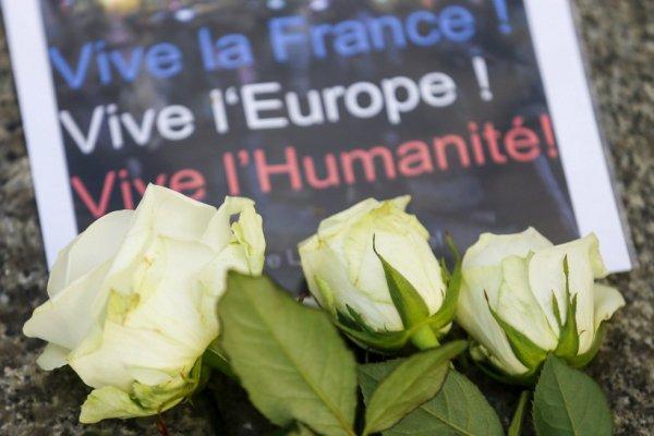 Des fleurs déposées devant l'ambassade de France à Berlin, en Allemagne, en hommage aux victimes des attentats qui ont touché Paris le 13 novembre 2015