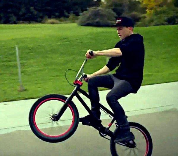il fait du BMX.