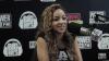 Tinashe parle au micro d'une radio