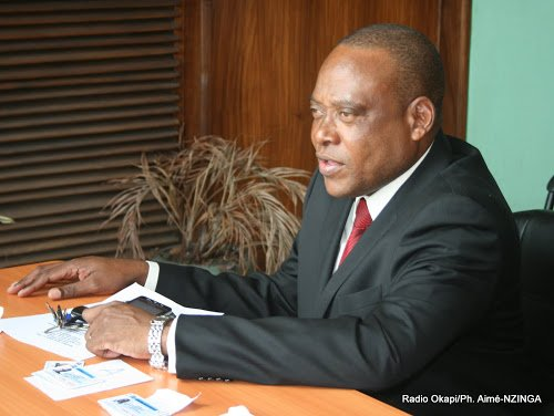 Steve Mbikayi signe l'accord du centre interdiocésain