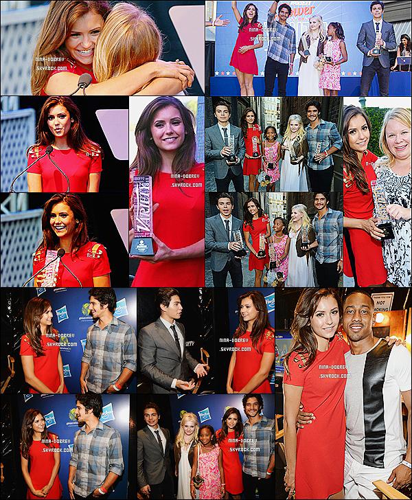 27.07.2013 :_Nina s'est rendue au gala « Variety's Power Of Youth » au Universal Studios situé en Californie. Lors du gala la belle porté une robe rouge signée Versace accompagné de talons dorés de chez Christian Louboutin.Top/Flop?