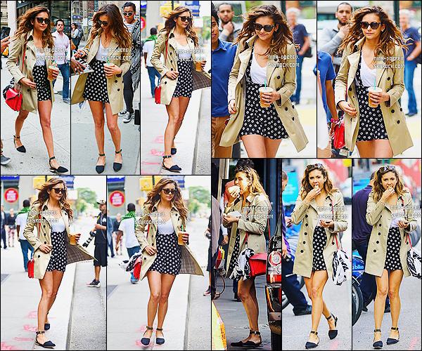 11/06/2014: Nina Dobrev a été vue café en main se baladant et faisant du shopping dans les rues de New York
