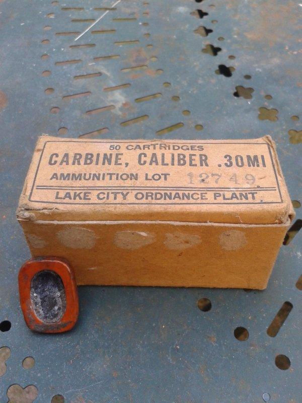 Emballage de 30 m1 et petit carré à identifier,peut être explosif allemand,on dirait de la poudre compacte