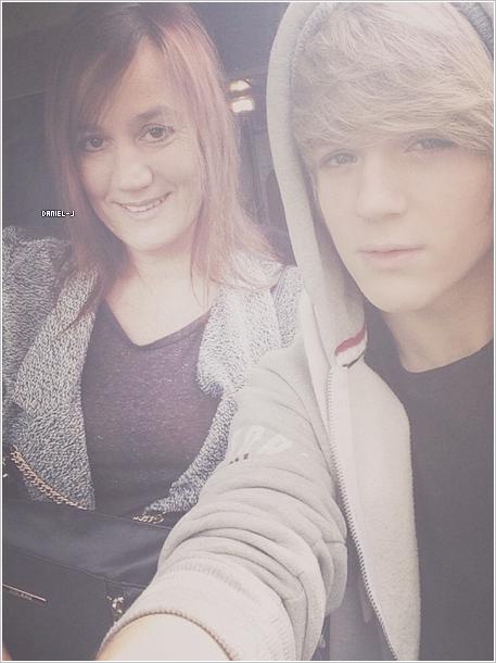 _ Daniel a posté cette photo de lui et sa mère sur instagram. _