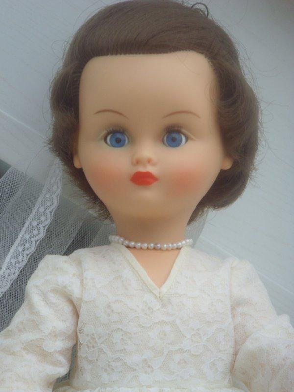 Et en robe Bella...seul le voile a été remplacé car il s'est troué lorsque je l'ai lavé :(