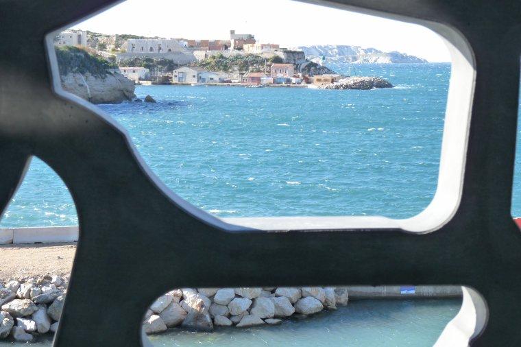 Photo Pierre Paul  à contre jour depuis le Mucem de  Marseille