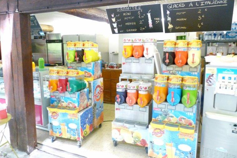 En montant sur le coté il y a des glaces et des boissons ( fontaine de Vaucluse )