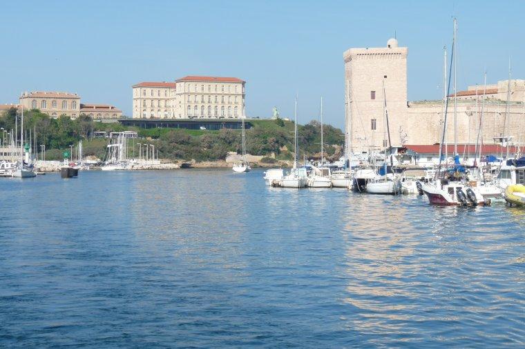 Vieux Port de Marseille , sur la gauche le Palais du Pharo et sur la droite le fort Saint Jean