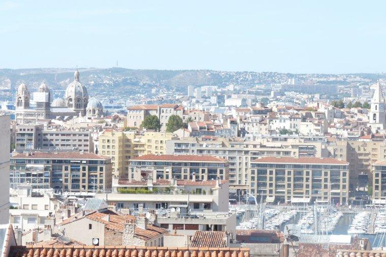 Balade à Marseille au dessus et derrière le vieux port ,coté criée