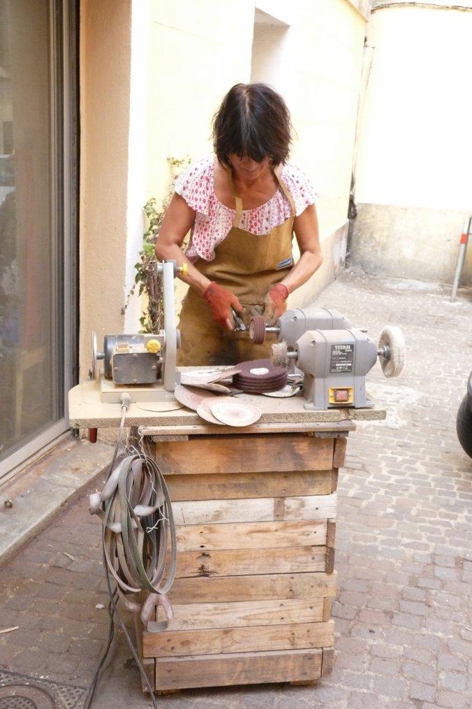 Elle aiguise les couteaux dans le vieux quartier de Panier ( photo Pierre Paul )