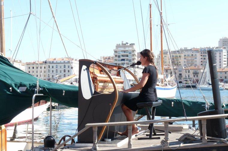 Vieux Port ,elle chante sur un bateau