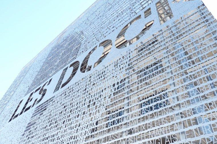 Une des façades des docks de Marseille ( Hauteur 30 mètres )
