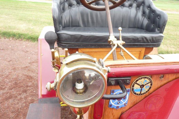 Cette très ancienne voiture me plait énormément