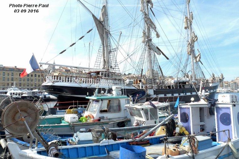 Bateaux de pêche et le Belem voilier école ( photo à contre jour )