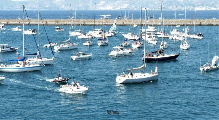 Un Voilier avec une bande bleu , alors Emilie c'est votre bateau ?