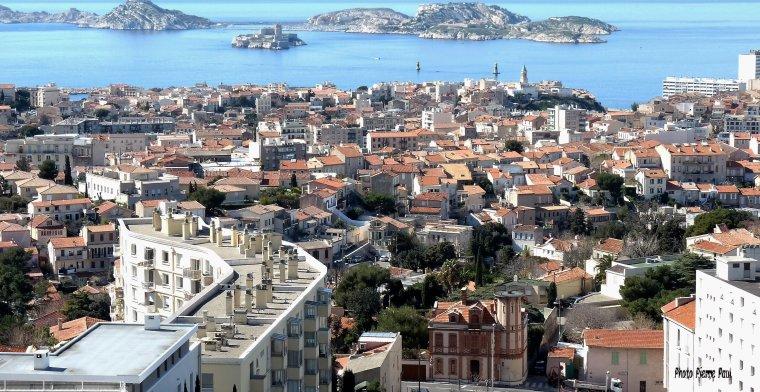 Marseille quartier sud -est  par dessus les toits ( Photo Pierre Paul )